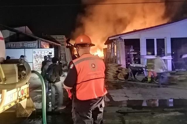 Incendio en maderería alerta a vecinos en Cholula