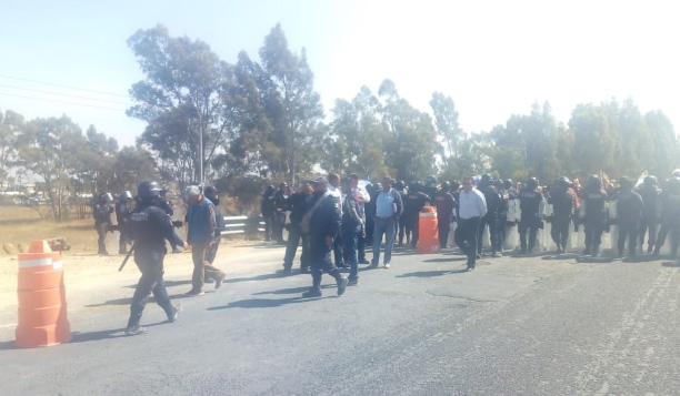 Cierran federal México-Puebla en protesta por obra del colector industrial