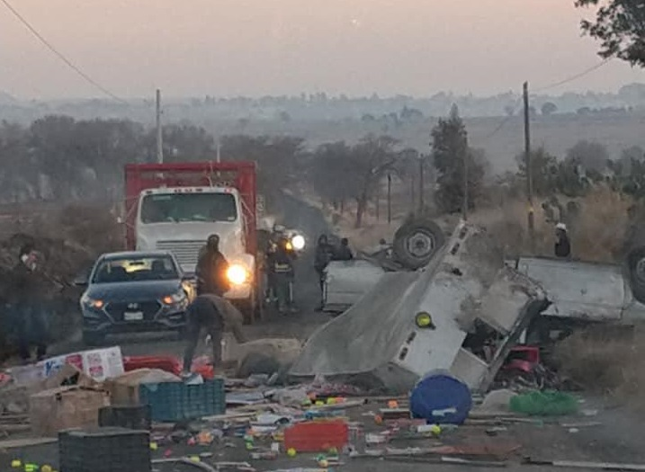 Asalto a camioneta provoca volcadura en Lara Grajales