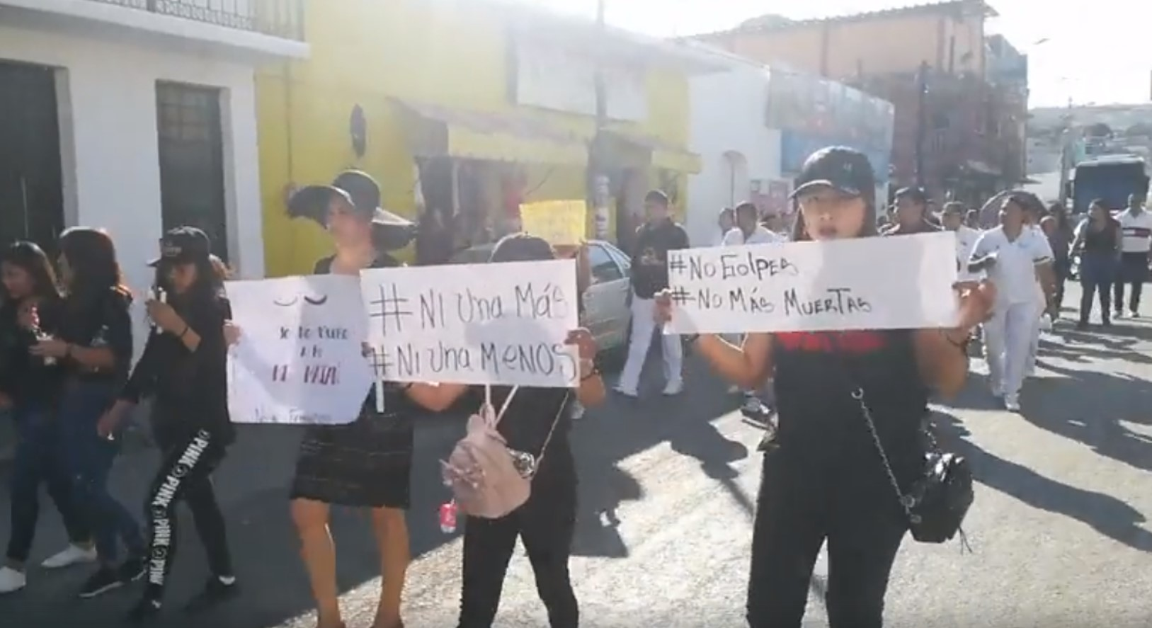 Mujeres en Acatlán marchan pacíficamente contra feminicidios