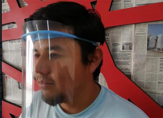 Jóvenes de Tecamachalco crean máscaras ante escasez de cubre bocas