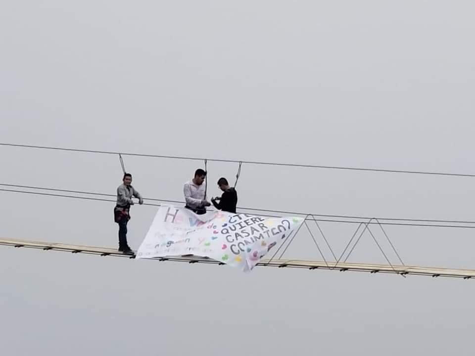Piden matrimonio desde el Puente Tibetano en Tlatlauquitepec
