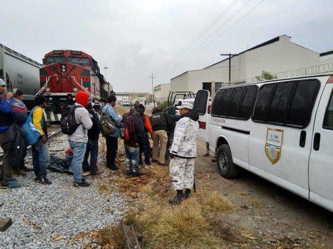 Aseguran a 75 migrantes en estación de tren de Ciudad Serdán