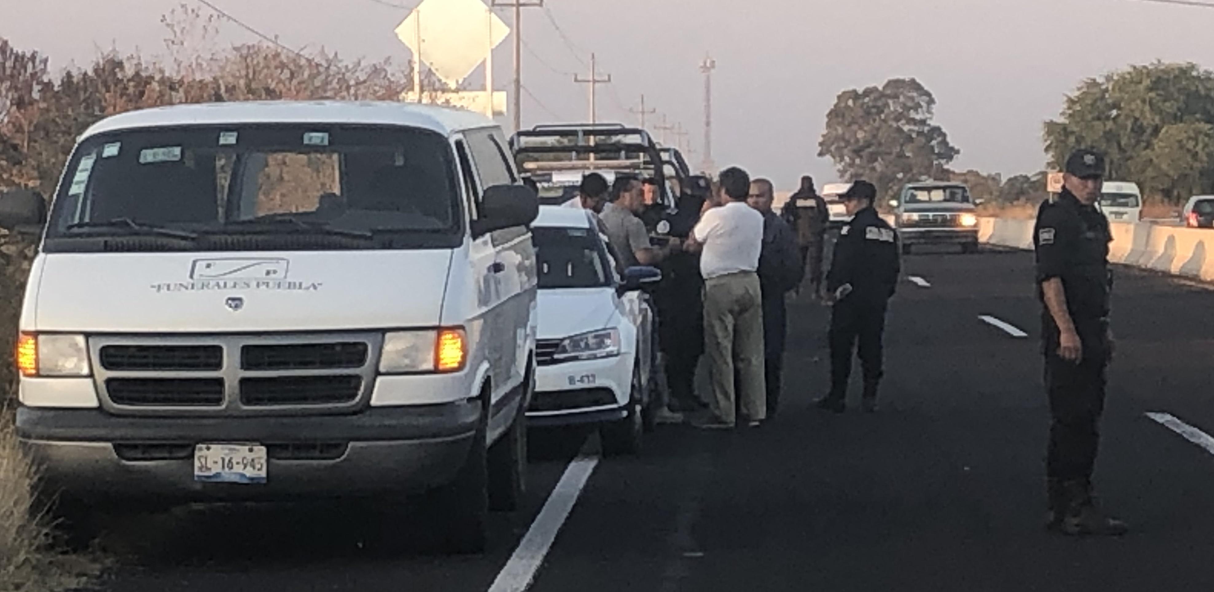 Con huellas de violencia hallan cuerpo en la federal Atlixco-Izúcar