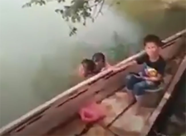 VIDEO Hallan hombre bañándose con una menor de edad desnuda en un río