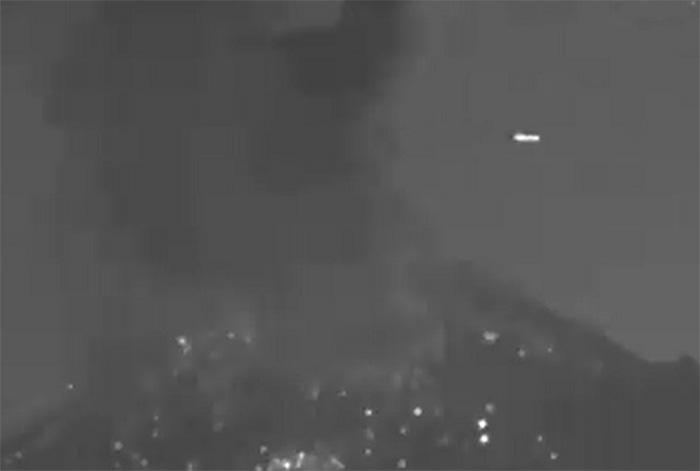 VIDEO Captan paso de un ovni en gran explosión del Popocatépetl