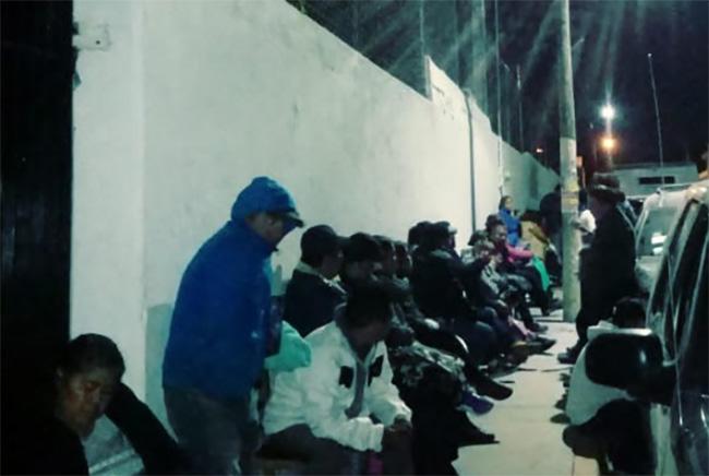 Padres duermen en la calle para lograr ficha en prepa Ignacio Ramírez de Atlixco