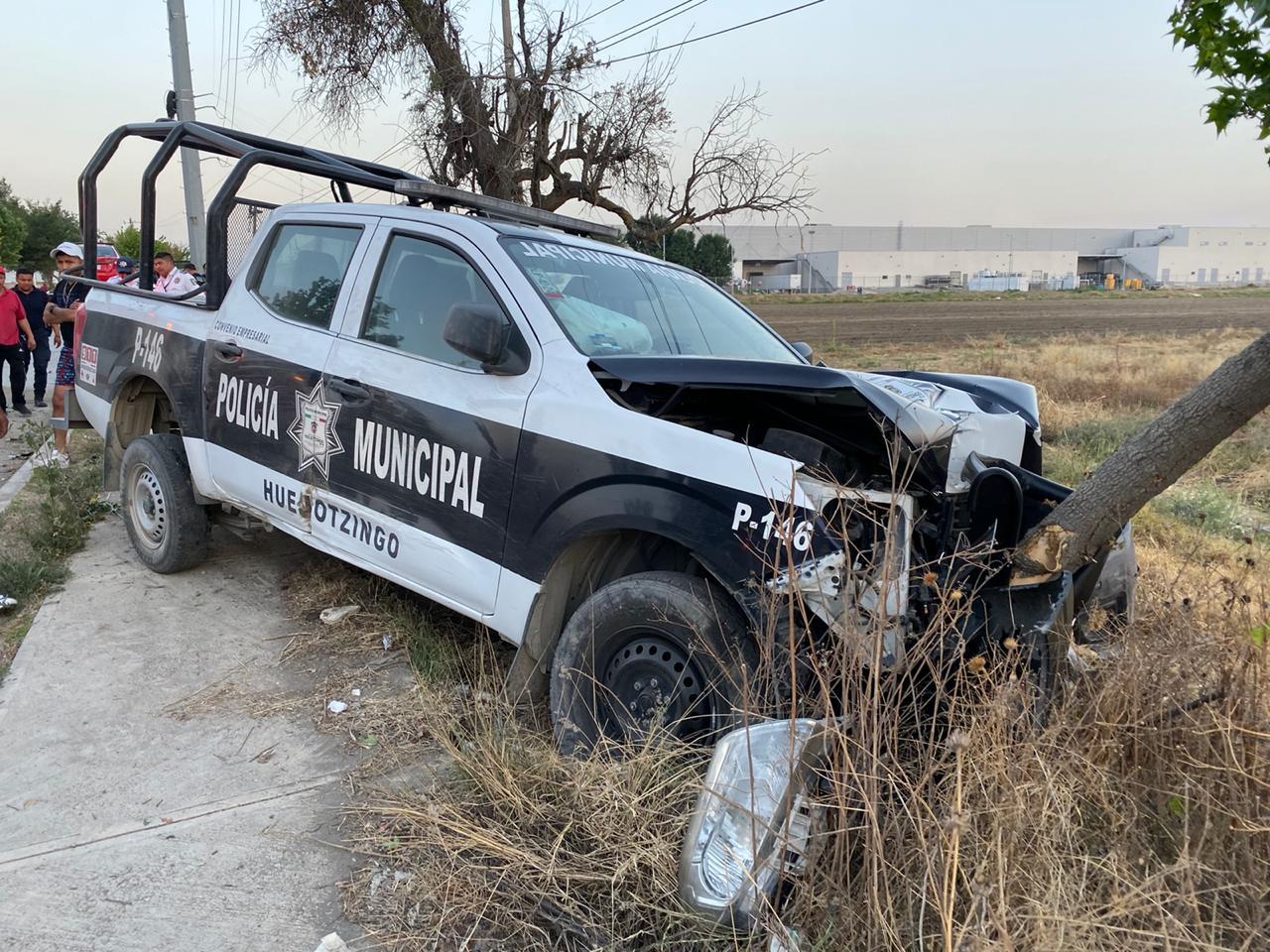Patrulla de Huejotzingo choca contra poste y auto particular