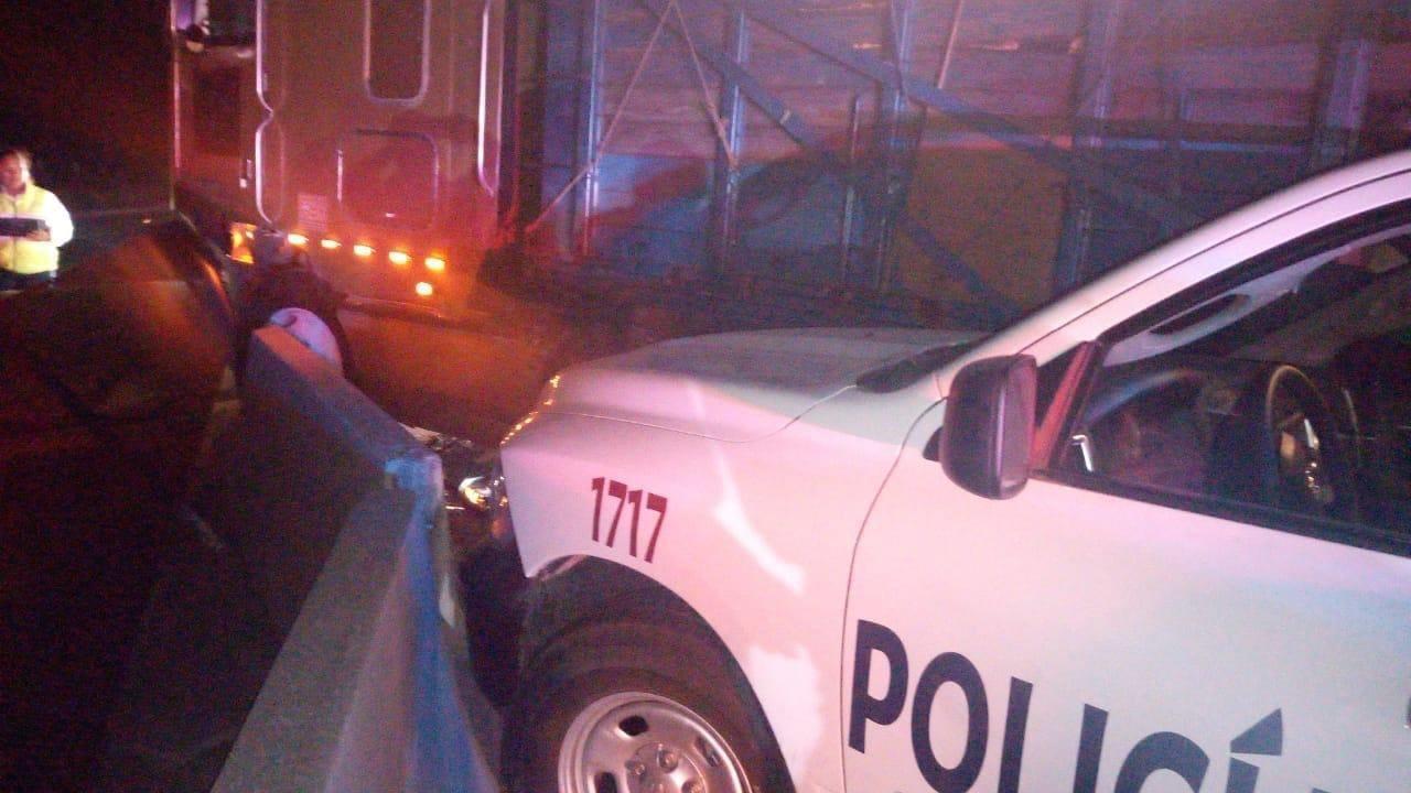 Vehículo de carga impacta a patrullas estatales en autopista Puebla-Orizaba