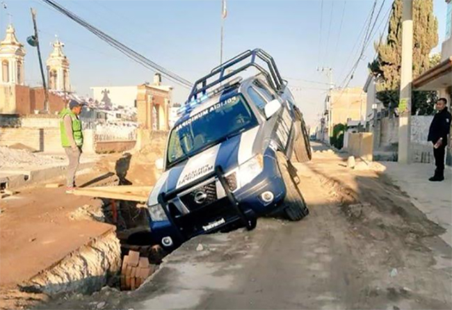 Patrulla cae a zanja de obras municipales en Amozoc