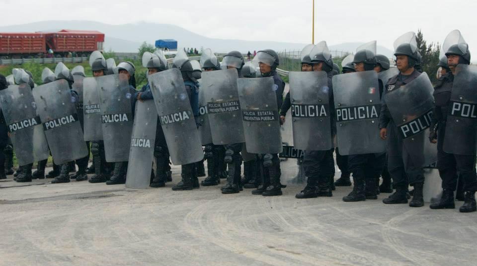 Granaderos resguardan entrega de archivos del registro civil en Juan C Bonilla