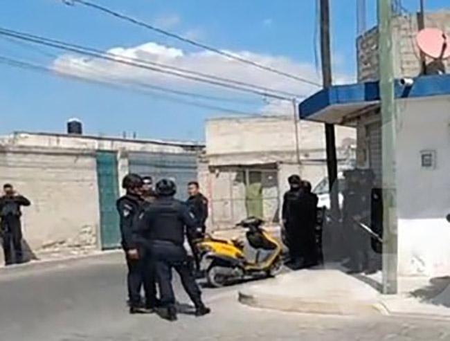 Tras homicidio de joven familiares rodean casa del presunto agresor en Tehuacán