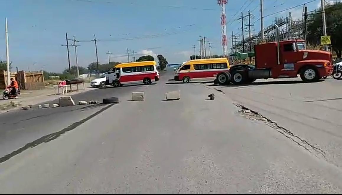 Protestan vecinos por mal servicio de colectivas en Tehuacán