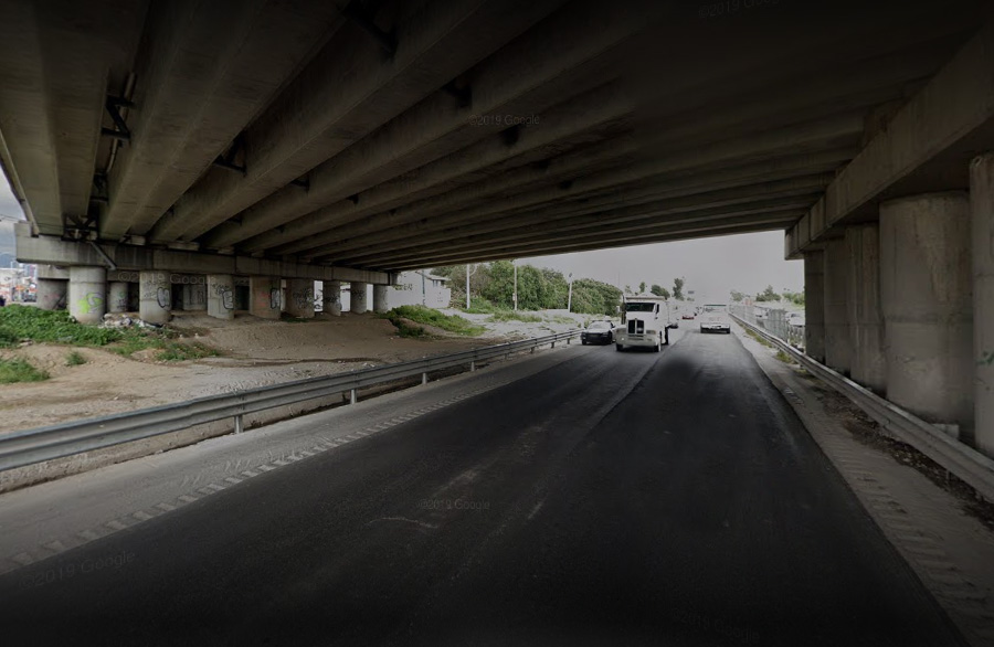 Joven se avienta de puente en Puebla pero toldo de camión lo salva