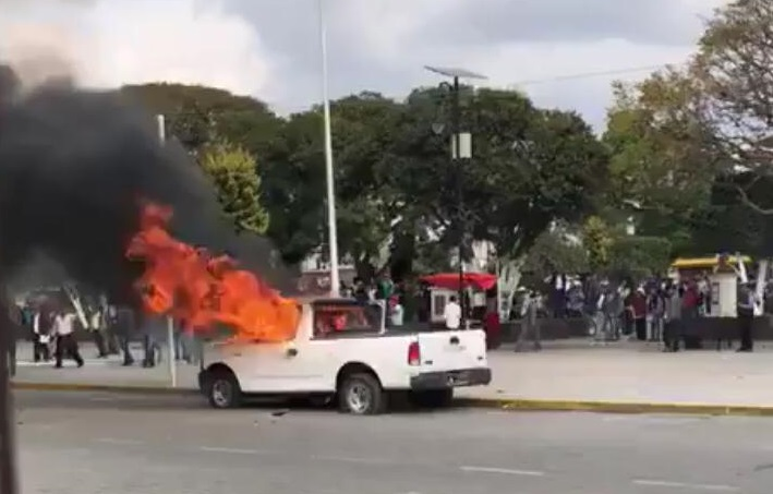 VIDEO Habitantes inconformes de Amozoc queman patrullas