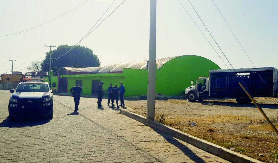 Policías frustran robo de camión repartidor de refrescos en los Reyes de Juárez