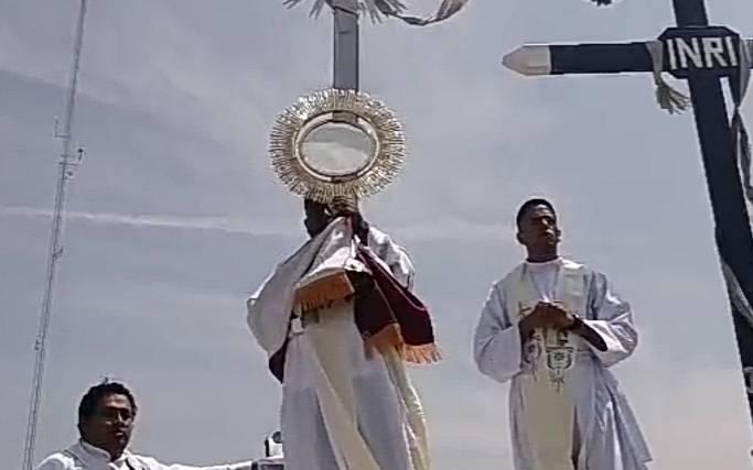 Párrocos de Tecamachalco suben al cerro y dan bendición para acabar el COVID19
