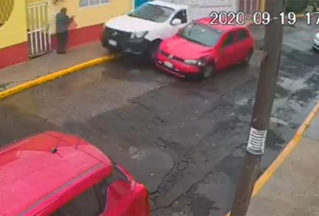VIDEO Juegan carreritas, chocan y casi atropellan a abuelito en Puebla