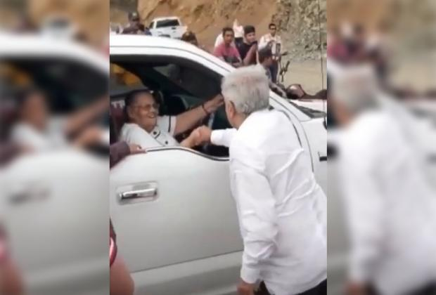 VIDEO AMLO saluda a la mamá del Chapo, recibí tu carta le dice