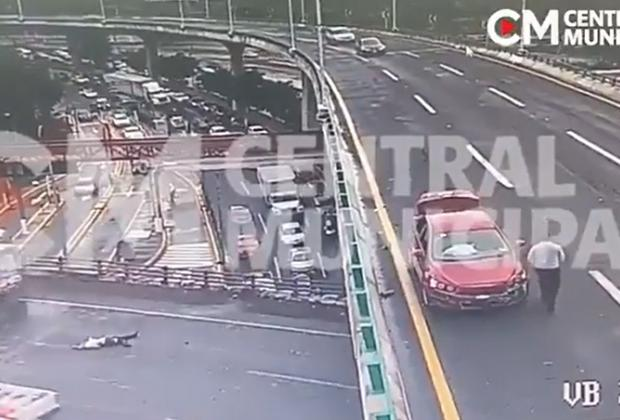 VIDEO Lo atropellan, cae de puente y otro auto lo remata