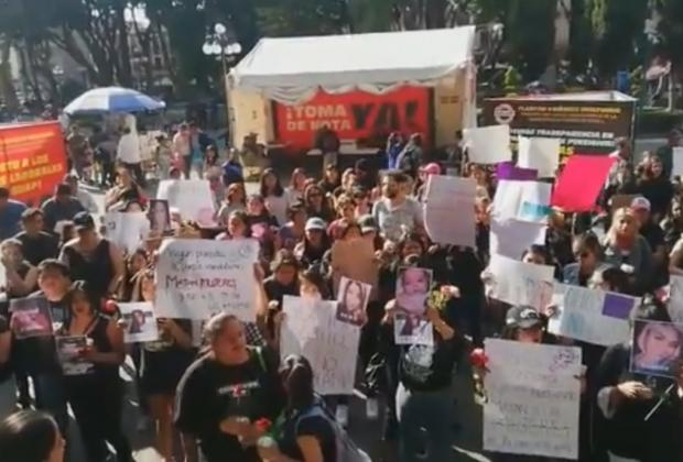 Marchan y se manifiestan contra el feminicidio en Puebla