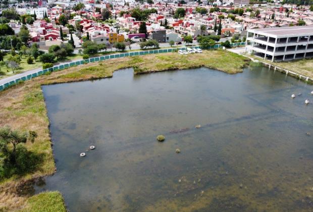 Abandonado e inundado, el terreno para sustituir el IMSS San Alejandro