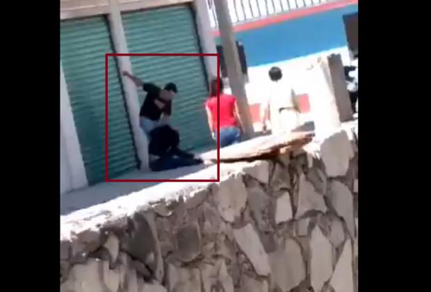 VIDEO Golpea y jalonea a mujer en calles de Texmelucan