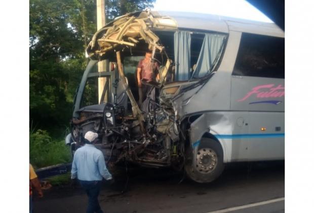 Mueren dos en choque de tráiler y autobús en la México-Tuxpan