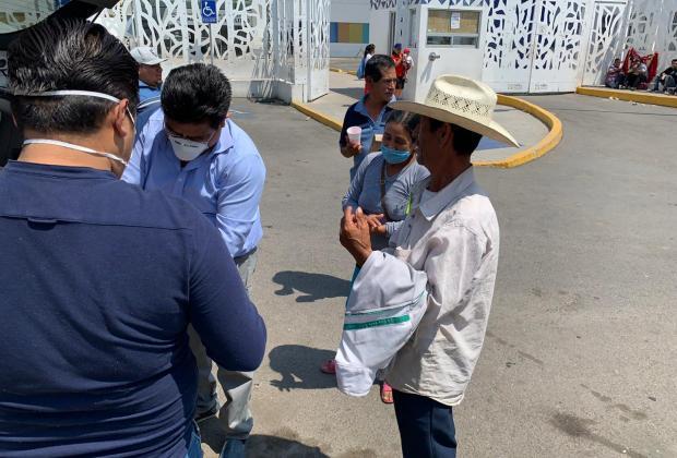 Poblanos comparten comida con familia de hospitalizados en Atlixco