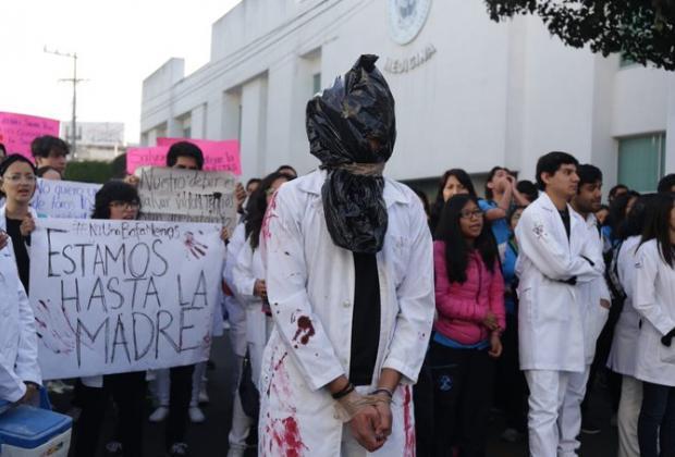 Con marcha alumnos de medicina BUAP exigen alto a la delincuencia