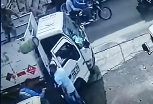 VIDEO Quiso asaltar a gaseros y le avientan tanque en la cabeza