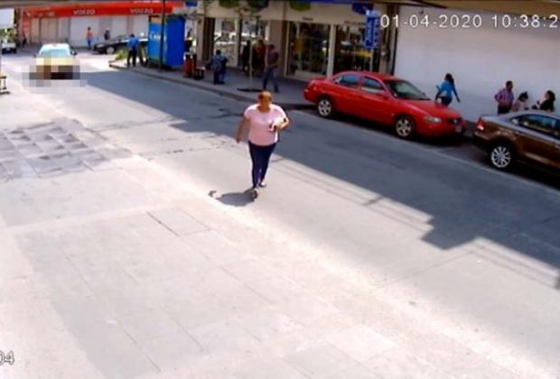 VIDEO Taxista atropella a mujer y escapa en calles de Veracruz