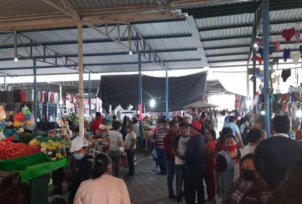 Comerciantes abarrotan mercado de Tecamachalco