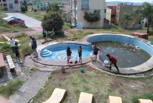 Niños rescatan alberca que vecinos usaban de basurero en Atlixco