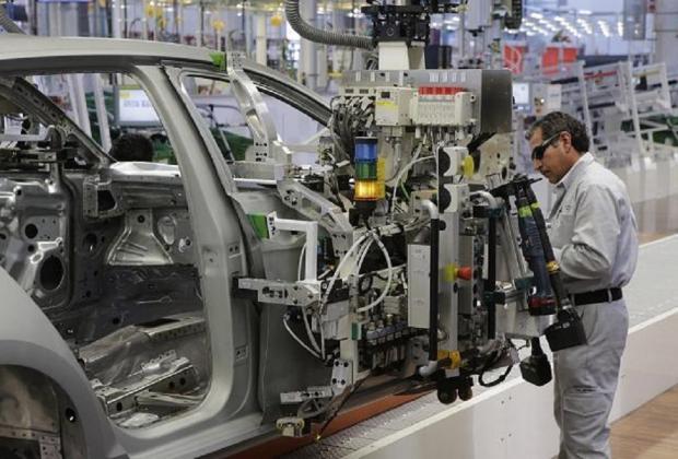 VW podría despedir a 30 mil trabajadores por atraso en auto eléctrico: CEO