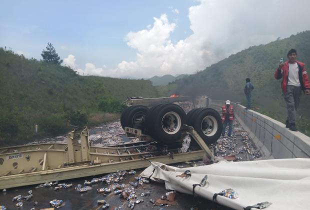 VIDEO Cargamento de cerveza bloquea autopista Puebla-Orizaba