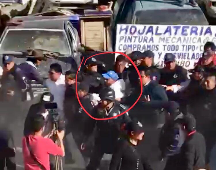 VIDEO Muchedumbre a punto de linchar a edil de Tepeyahualco