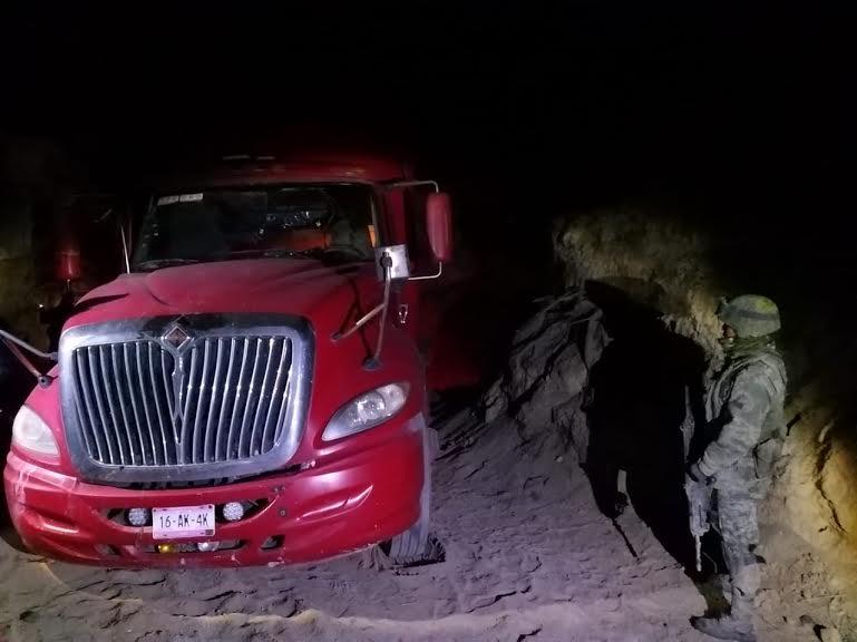Ladrones abandonan tractocamión con material en Serdán