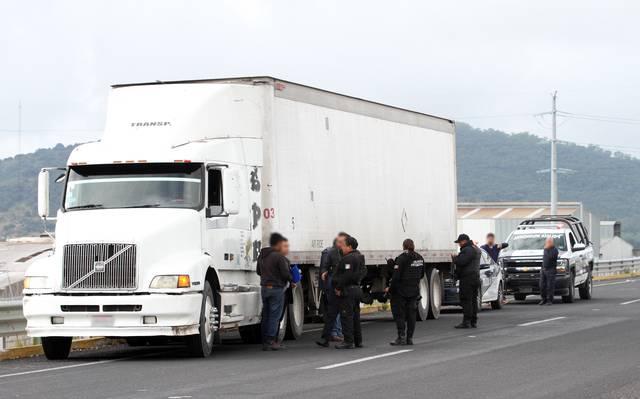 Polleros tunean camiones para transportar migrantes