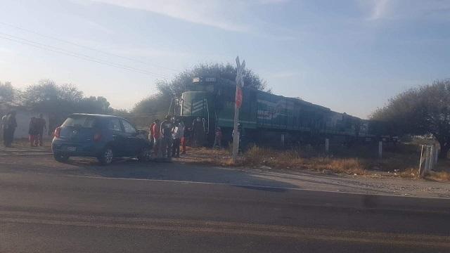 Automóvil intenta ganarle el paso al tren en Yehualtepec