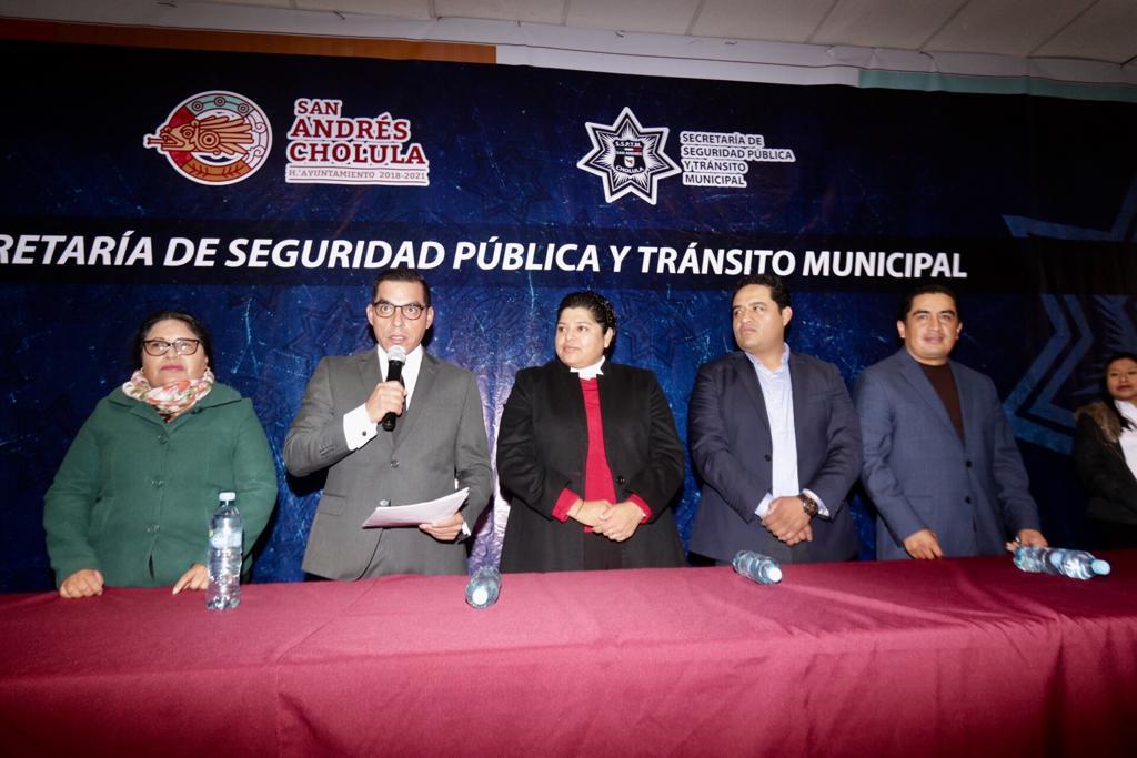 Karina Pérez Popoca entrega uniformes a policías de la SSPTM