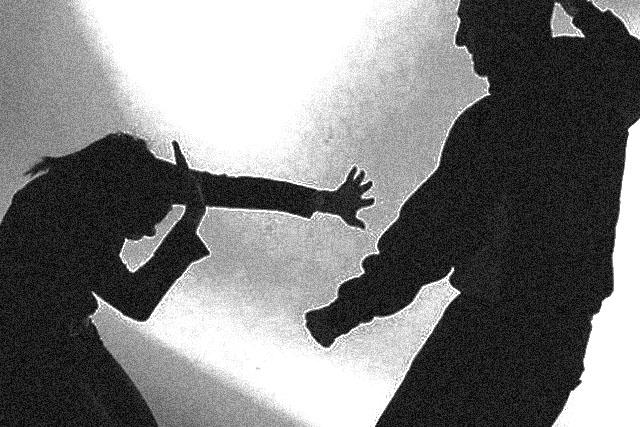Su hijo la arrastró y sacó de su casa frente a policías estatales de Puebla