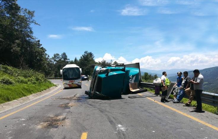 Aparatosa volcadura solo deja daños materiales en la autopista en Esperanza