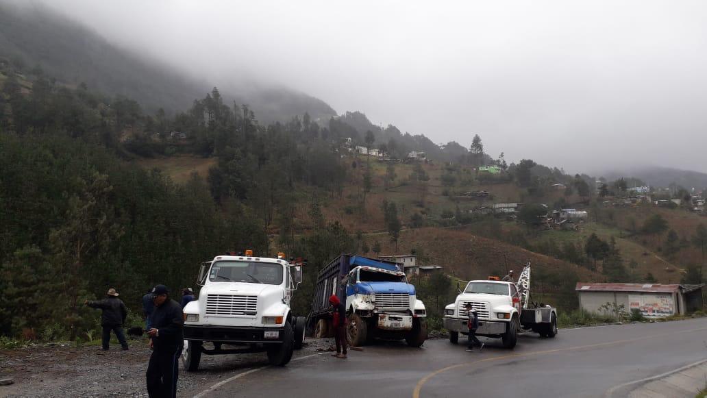Saldo de 20 heridos deja volcadura de unidad en Ajalpan