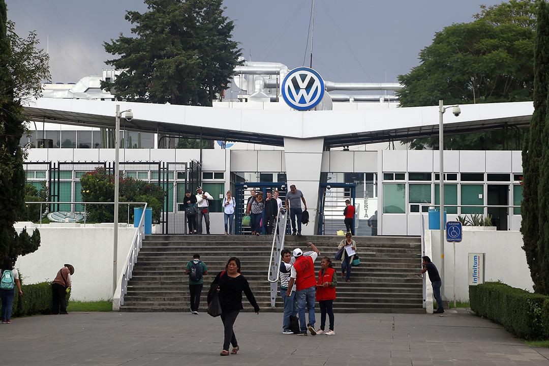 Puebla presume salarios altos en Industria automotriz, en California ganan doble
