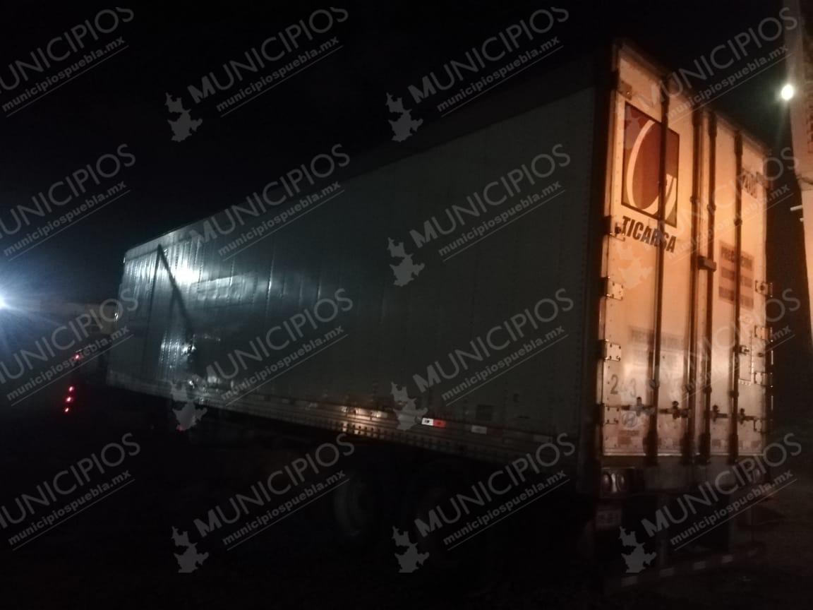 Tras persecución y balacera, vuelcan camión en Cuapiaxtla