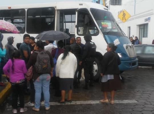 Dos lesionadas por ebrios que apedrearon ruta 100 en Amozoc