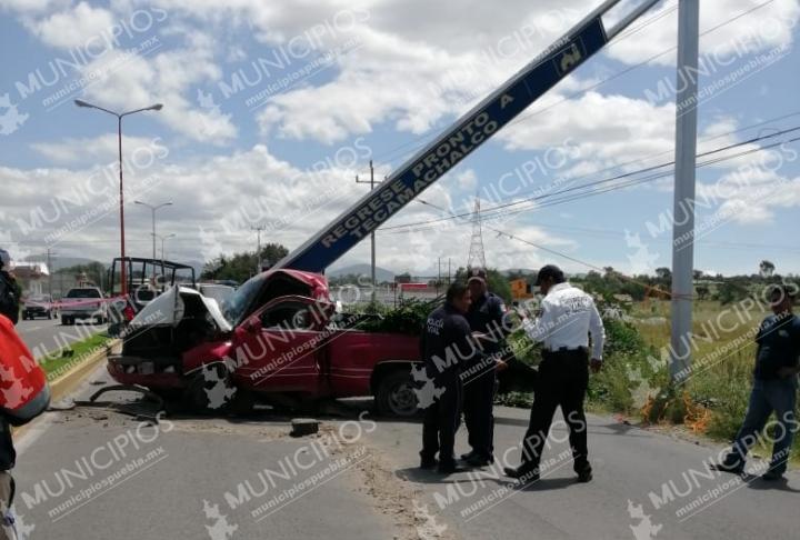 Muere al chocar y caerle letrero de bienvenida en Tecamachalco