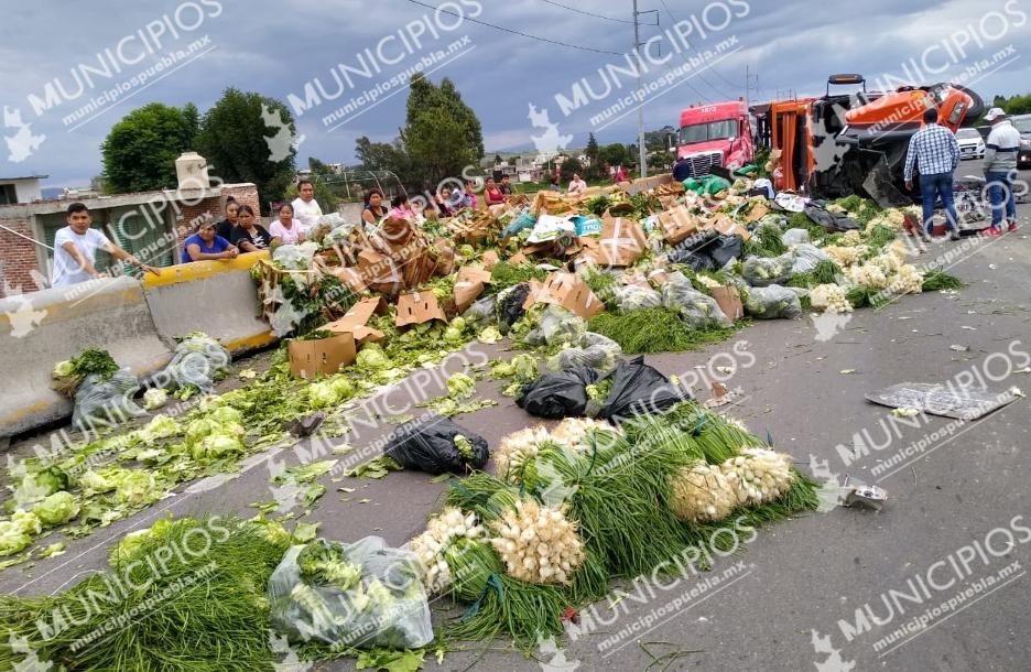 Por evitar choque, vuelca camión de verduras en la México-Puebla