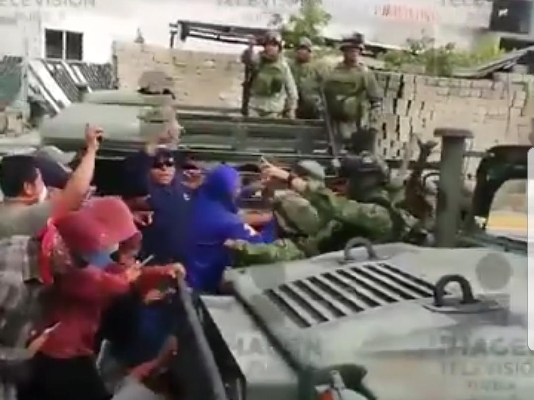 VIDEO Pobladores disparan contra militares en Acajete